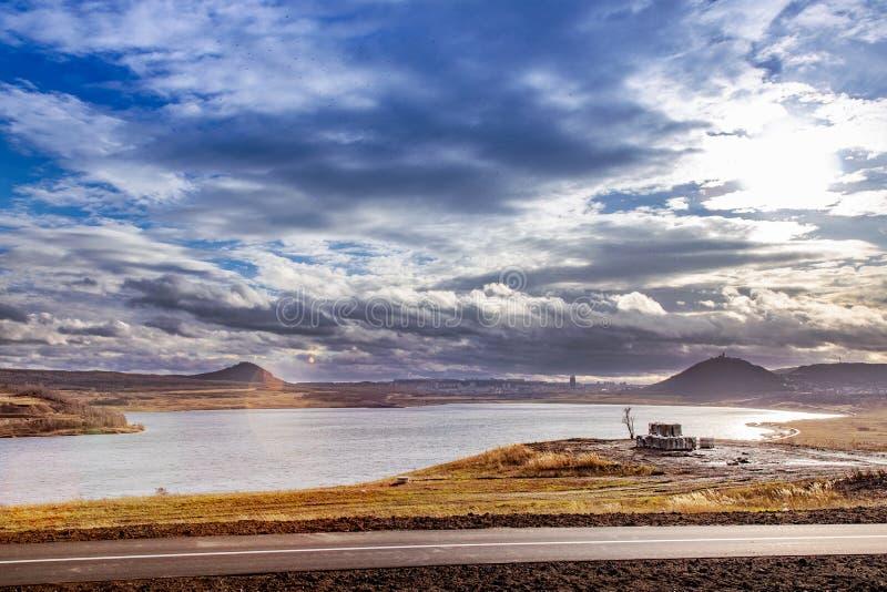 Ożywiający jezioro Najwięcej, Hnevin kasztel, miasteczko Najwięcej, Północna cyganeria, republika czech obraz stock