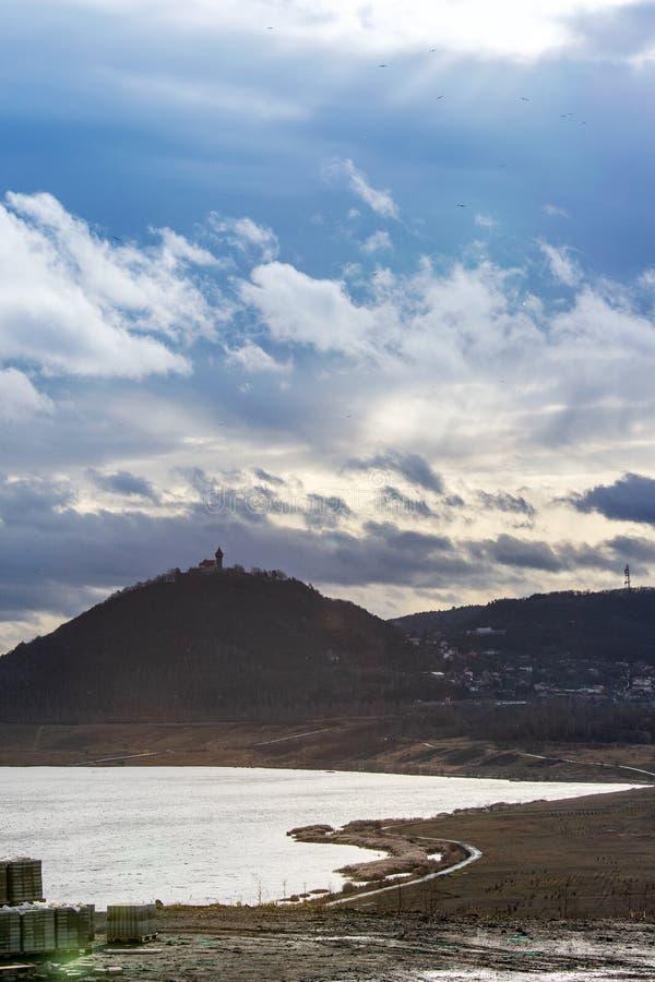 Ożywiający jezioro Najwięcej, Hnevin kasztel, miasteczko Najwięcej, Północna cyganeria, republika czech fotografia stock