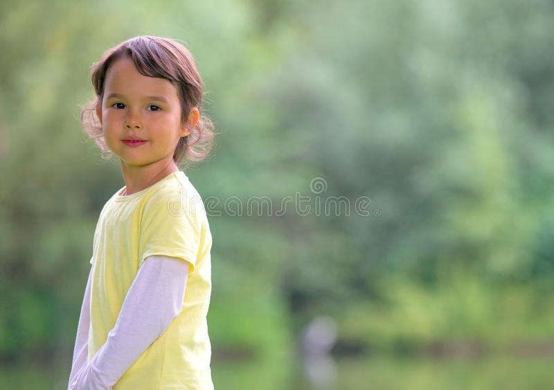 o的小女孩画象室外 免版税图库摄影