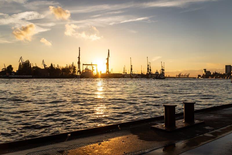 O ¼ de Landungsbrà cken no porto no por do sol, Alemanha de Hamburgo imagens de stock royalty free