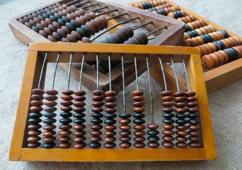O ábaco velho, com a ajuda de que produziu todos os cálculos matemáticos no meio do século passado imagens de stock