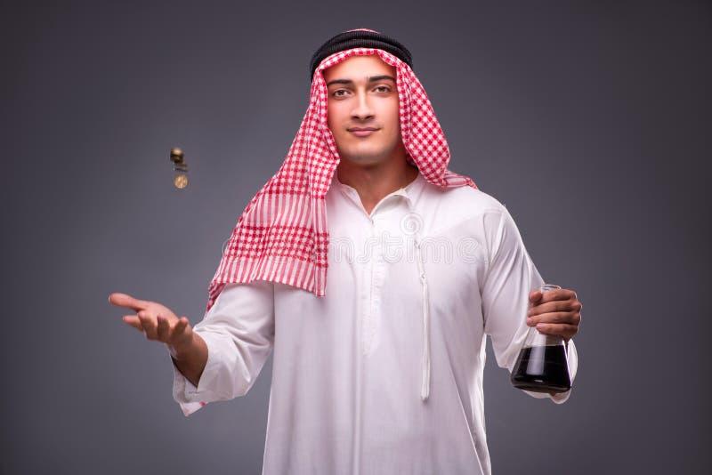 O árabe com óleo no fundo cinzento fotos de stock royalty free