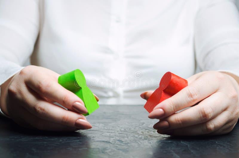 O árbitro da mulher examina a situação do conflito entre povos Busca do conflito de interesses para soluções e acordos fotografia de stock royalty free