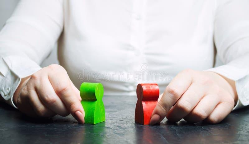 O árbitro da mulher examina a situação do conflito entre povos Busca do conflito de interesses para soluções e acordos fotografia de stock