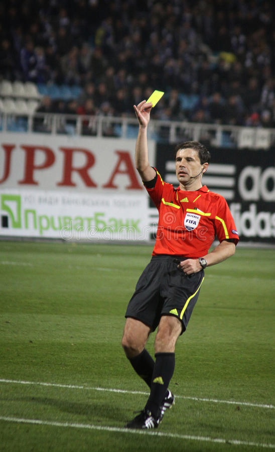 O árbitro mostra o cartão amarelo imagens de stock