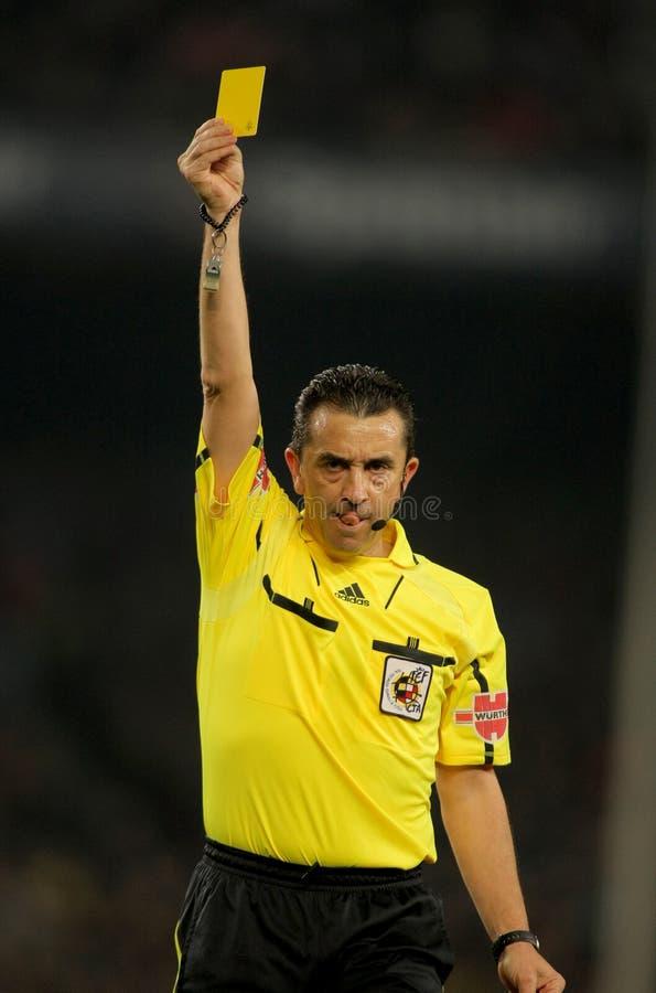 O árbitro Ramírez Domínguez entrega o cartão amarelo fotos de stock