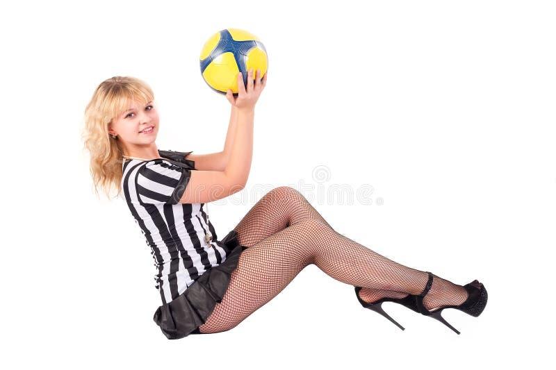 O árbitro 'sexy' do futebol joga com a bola no assoalho fotos de stock