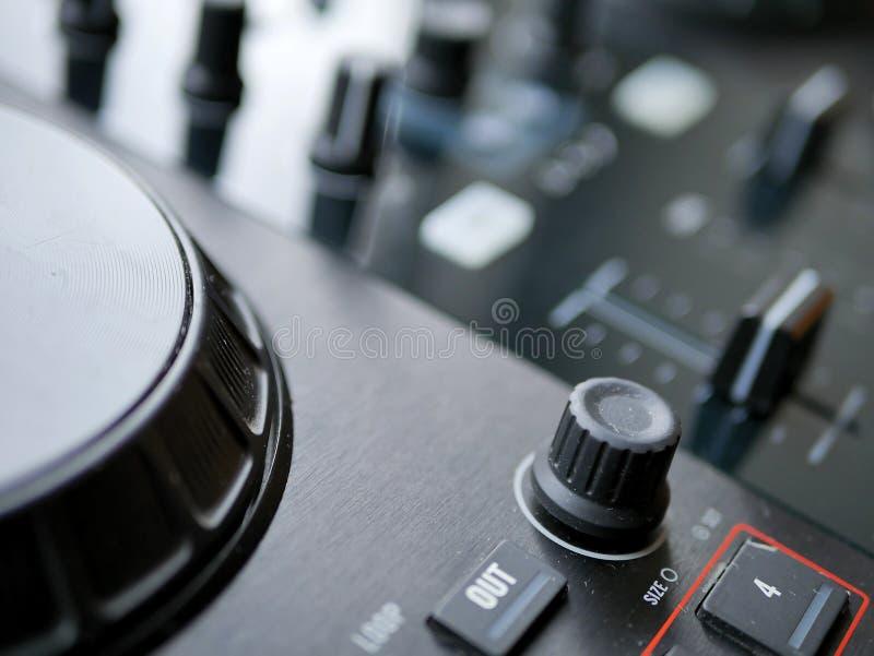 O áudio digital eletrônico DJ da música de dança alinha com botões, faders, em um festival do edm fotos de stock