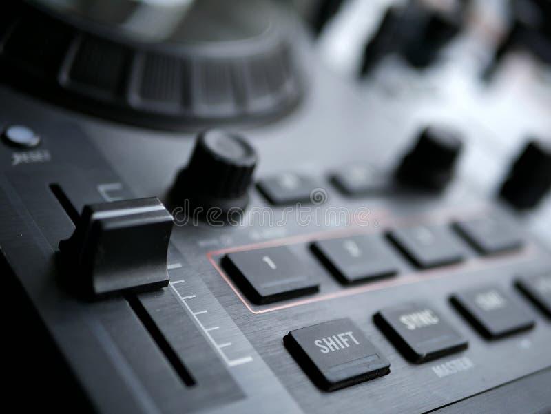 O áudio digital eletrônico DJ da música de dança alinha com botões, faders, em um festival do edm imagem de stock royalty free