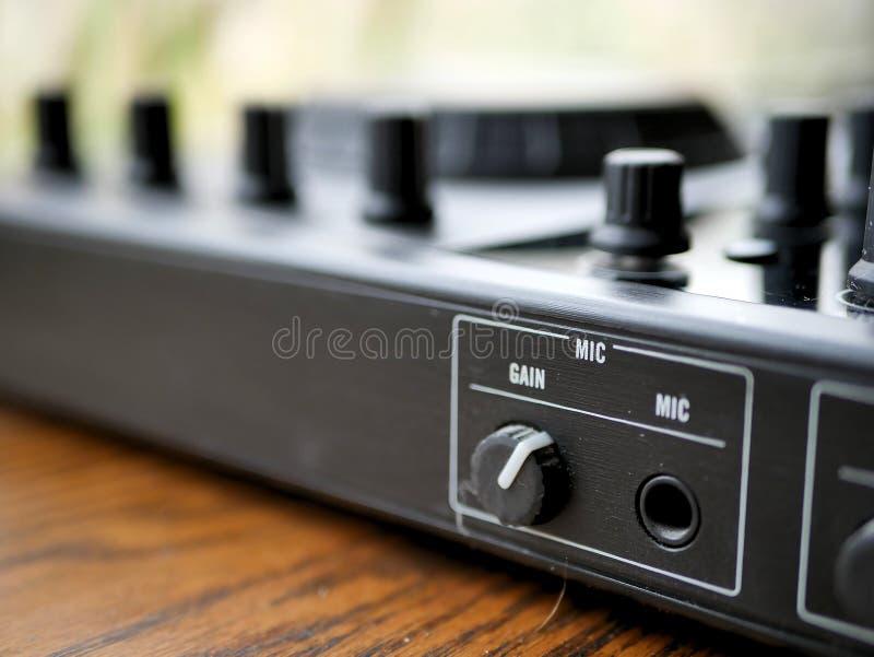 O áudio digital eletrônico DJ da música de dança alinha com botões, faders, em um festival do edm foto de stock royalty free