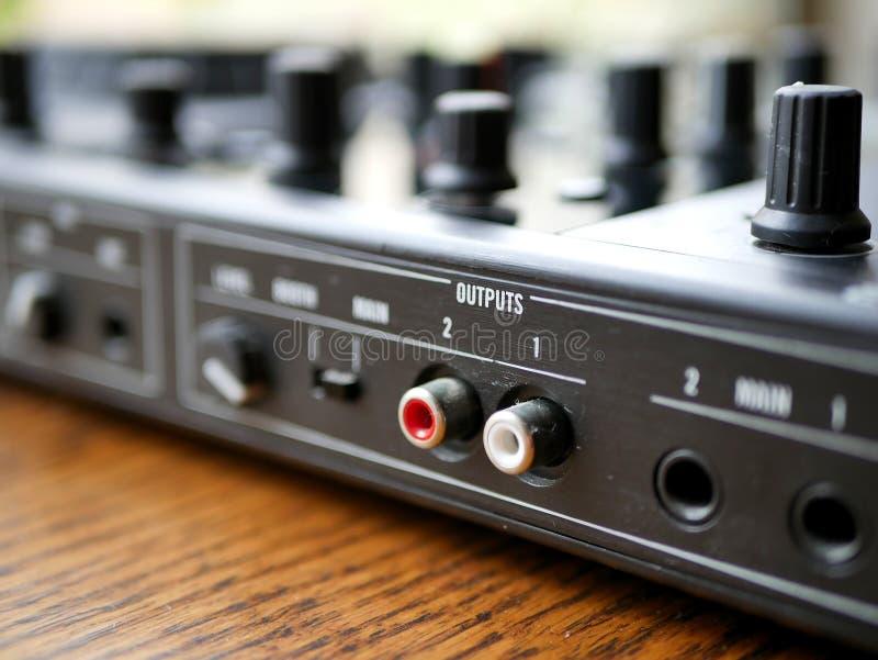O áudio digital eletrônico DJ da música de dança alinha com botões, faders, em um festival do edm imagens de stock royalty free