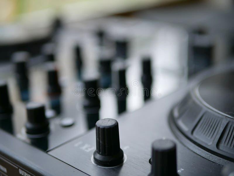 O áudio digital eletrônico DJ da música de dança alinha com botões, faders, em um festival do edm fotografia de stock