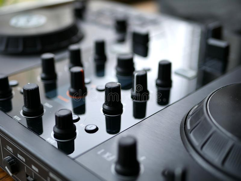 O áudio digital eletrônico DJ da música de dança alinha com botões, faders, em um festival do edm fotografia de stock royalty free