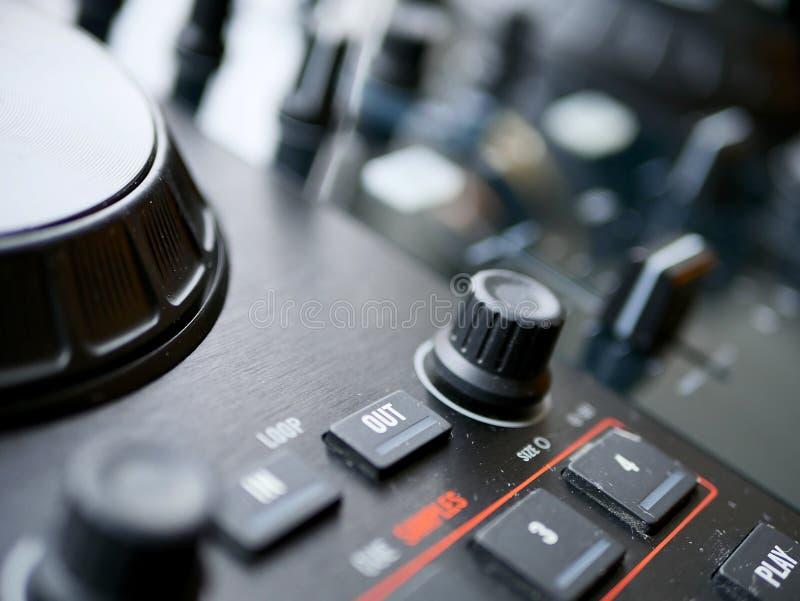 O áudio digital eletrônico DJ da música de dança alinha com botões, faders, em um festival do edm imagens de stock