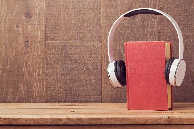 O áudio registra o conceito com livro velho e fones de ouvido foto de stock royalty free