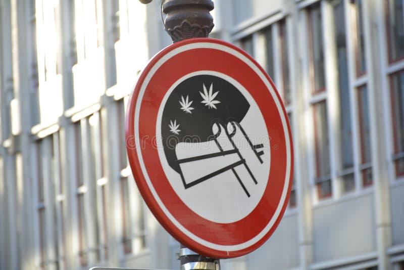 o 'No Smoking' assina dentro a rua de Amsterdão imagens de stock