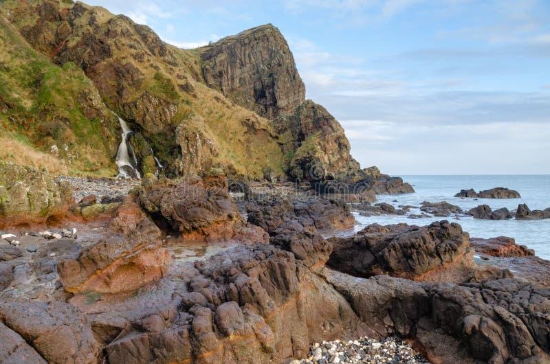 """O †do promontório de Gobbins """"é uma atração turística principal ao longo da costa norte áspera e excitantemente bonita de Antri foto de stock royalty free"""