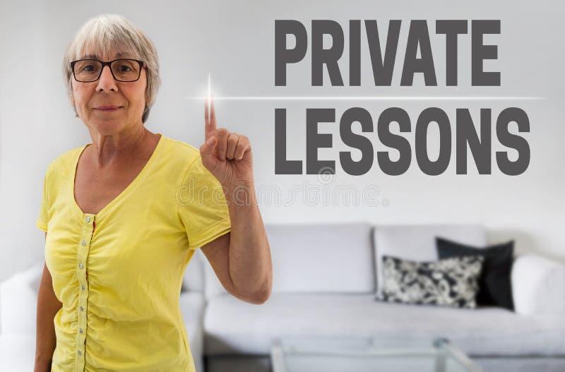 O écran sensível das lições privadas é mostrado pelo sênior imagem de stock