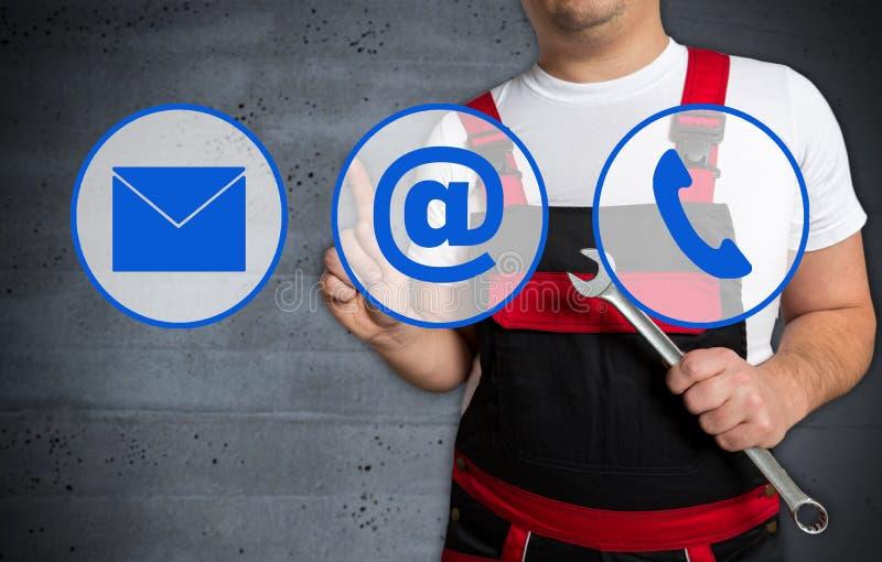 O écran sensível do ícone do contato é operado pelo mecânico fotos de stock royalty free