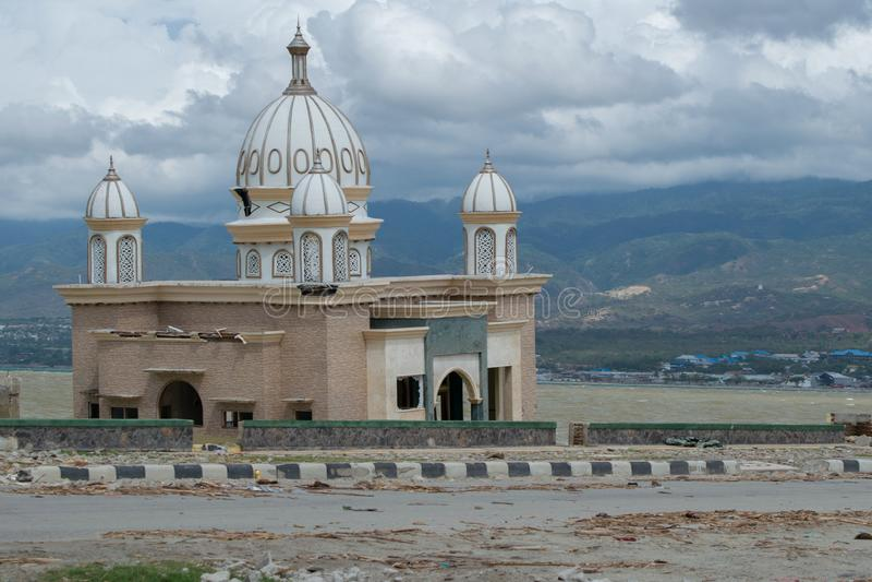 O ícone 'mesquita flutuada 'de Palu, Indonésia destruída após o tsunami bateu o 28 de setembro de 2018 foto de stock royalty free