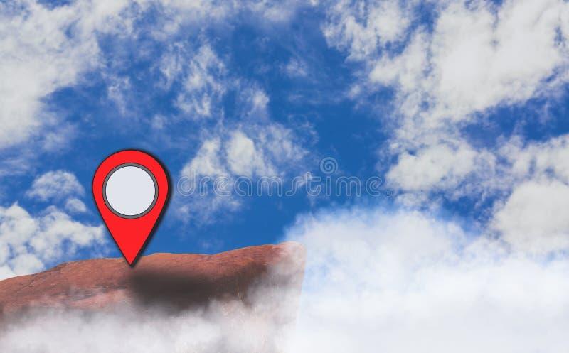 O ícone do ponteiro do mapa colocado no penhasco, fundo é céu azul brilhante, luz do dia e nuvens de cúmulo, com o conceito de us imagem de stock royalty free