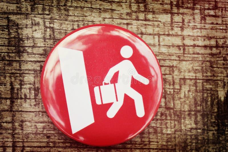 O ícone vermelho e um homem branco andam para fora a porta fotos de stock