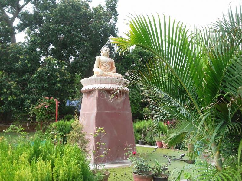 O ídolo de Lord Buddha no parque imagens de stock