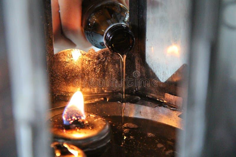 O óleo preenche uma lâmpada para iluminar-se e para o uso no incenso fotos de stock