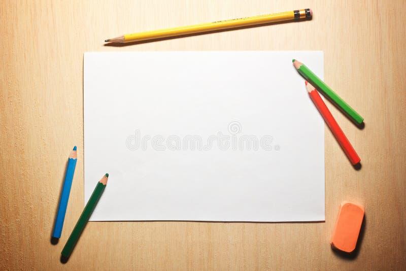 Download Ołówki I Pusty Papier Na Drewnianym Stole Zdjęcie Stock - Obraz złożonej z strona, ołówek: 28957526