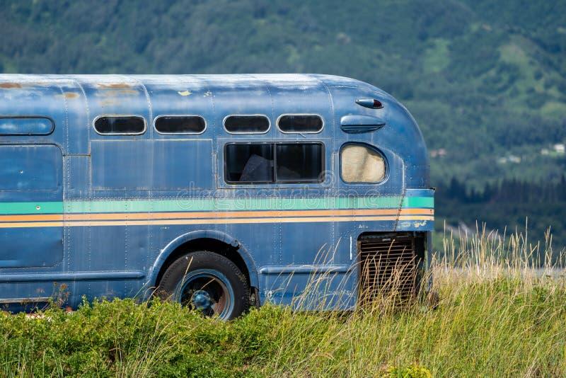 O ônibus abandonado retro velho senta-se avante em um pântano ao longo de Homer Spit na área da baía de Kachemak de Alaska fotografia de stock royalty free