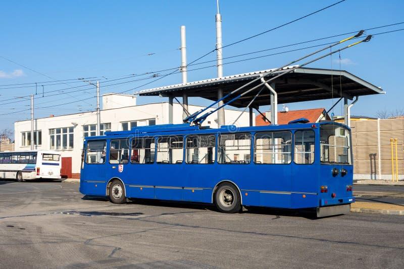 O ônibus elétrico velho de Skoda 14Tr no depósito de Opava na empresa de DPMO imagens de stock