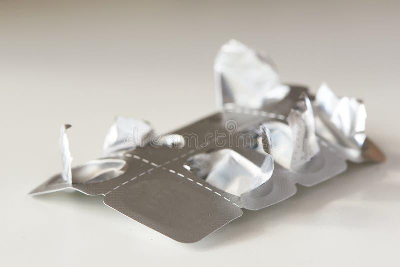 O último comprimido de medicamento no painel de medicamentos fotos de stock royalty free