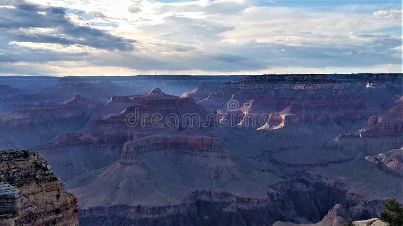 O último do ` s de Sun irradia em Grand Canyon fotos de stock