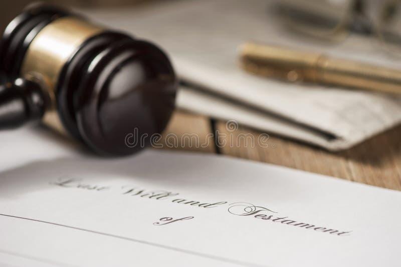 O último e o formulário do testamento com martelo imagens de stock