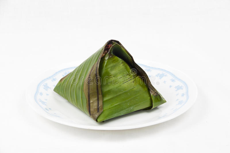 O único lemak tradicional original do nasi envolvido na folha da banana serviu na placa imagens de stock