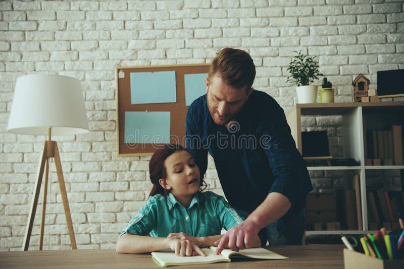 O único pai adulto ajuda a fazer trabalhos de casa a pequeno fotos de stock royalty free