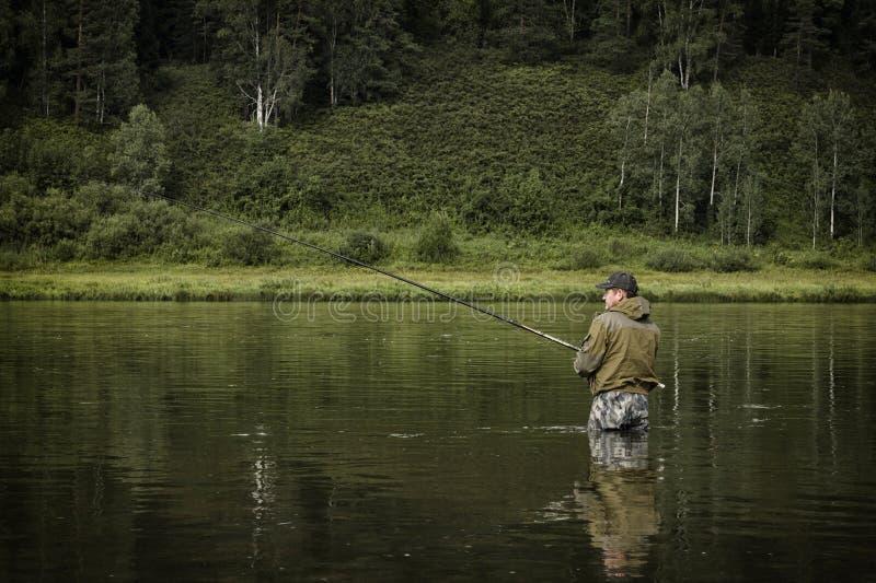 O único pescador em um rio calmo é pesca do outono imagem de stock royalty free