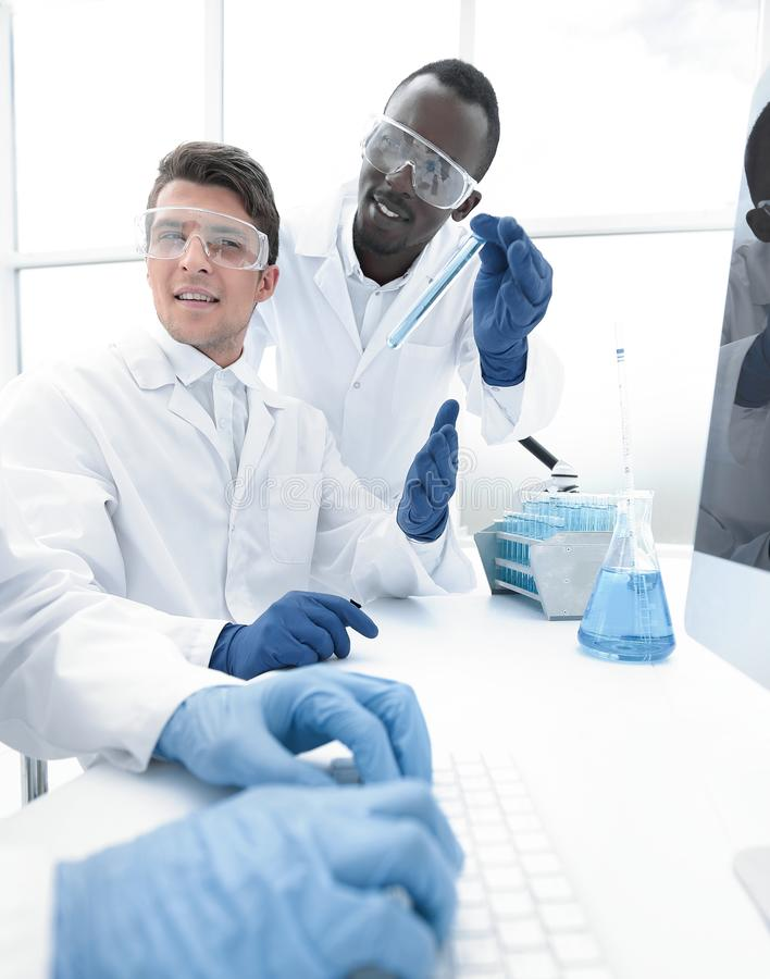o ένας νέος επιστήμονας σε ένα σύγχρονο εργαστήριο στοκ φωτογραφία με δικαίωμα ελεύθερης χρήσης