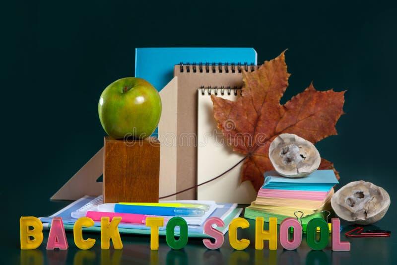o Ακόμα ζωή με τις σχολικές προμήθειες r Σημειωματάρια, σημειωματάρια, μάνδρες πίλημα-ακρών Ζωηρόχρωμη εικόνα στοκ εικόνες με δικαίωμα ελεύθερης χρήσης