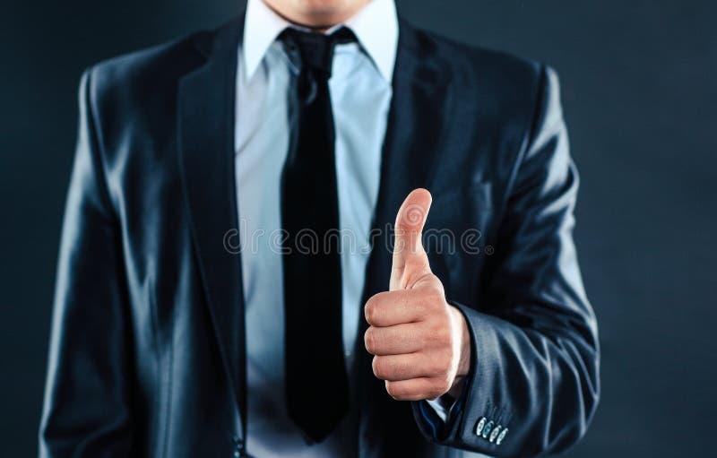 o Εκτελεστικός επιχειρηματίας που παρουσιάζει αντίχειρα στοκ φωτογραφία με δικαίωμα ελεύθερης χρήσης