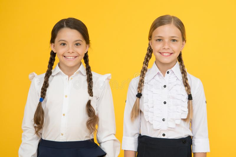 o επίσημη μόδα παιδιών : έξυπνο να φανεί παιδιά σχολικοί φίλοι ευτυχή παιδιά σε ομοιόμορφο r στοκ εικόνες με δικαίωμα ελεύθερης χρήσης