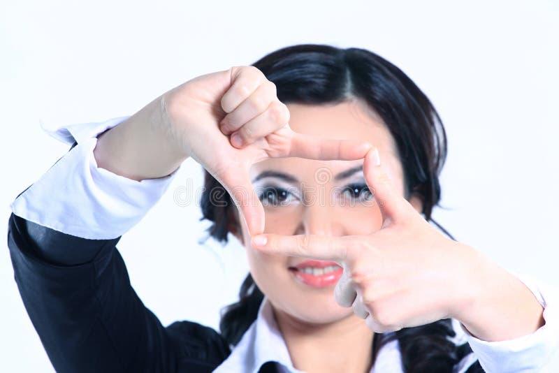 o επιχειρησιακή γυναίκα που κάνει το πλαίσιο από το χέρι r στοκ φωτογραφίες