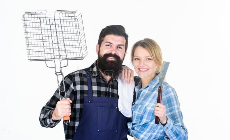 o Κόμμα σχαρών κατωφλιών Να μαγειρεψει από κοινού Ουσιαστικά πιάτα σχαρών Οικογένεια που παίρνει έτοιμη για στοκ εικόνα