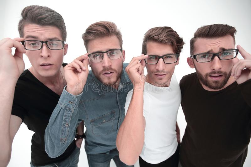 o μια ομάδα δημιουργικών φίλων που εξετάζουν σας μέσω των γυαλιών στοκ φωτογραφίες