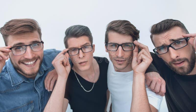 o μια ομάδα δημιουργικών φίλων που εξετάζουν σας μέσω των γυαλιών στοκ εικόνες με δικαίωμα ελεύθερης χρήσης
