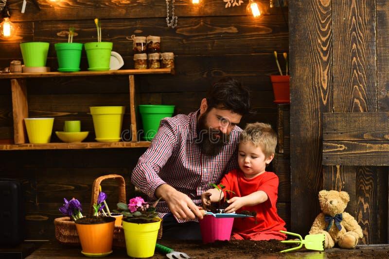 o οι ευτυχείς κηπουροί με την άνοιξη ανθίζουν E r E στοκ εικόνες με δικαίωμα ελεύθερης χρήσης