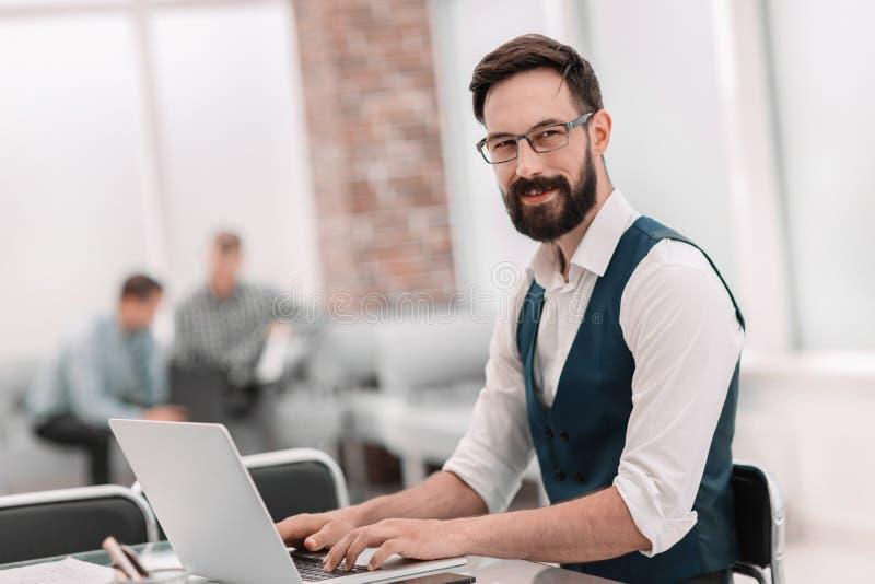 o συνεδρίαση επιχειρηματιών στο γραφείο γραφείων στοκ εικόνα με δικαίωμα ελεύθερης χρήσης