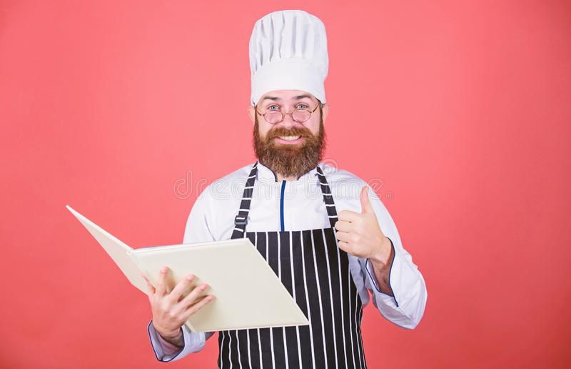 o Συνταγές βιβλίων Σύμφωνα με τη συνταγή Μαγειρεύοντας τρόφιμα αρχιμαγείρων ατόμων γενειοφόρα Μαγειρική έννοια τεχνών _ στοκ εικόνα