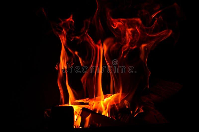 o Υπόβαθρο Abstrack Καίγοντας ξύλο στην εστία Κόκκινος-πορτοκαλιοί κυματισμοί φλογών στο σκοτάδι r στοκ εικόνα με δικαίωμα ελεύθερης χρήσης