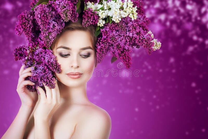 o Девушка красоты с красочным венком цветков сирени в ее волосах стоковое фото rf